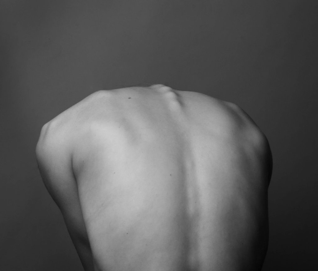 ぎっくり背中とは(振り返ると背中が痛い)治し方・原因・症状・寝方姿勢を鍼灸師が伝授