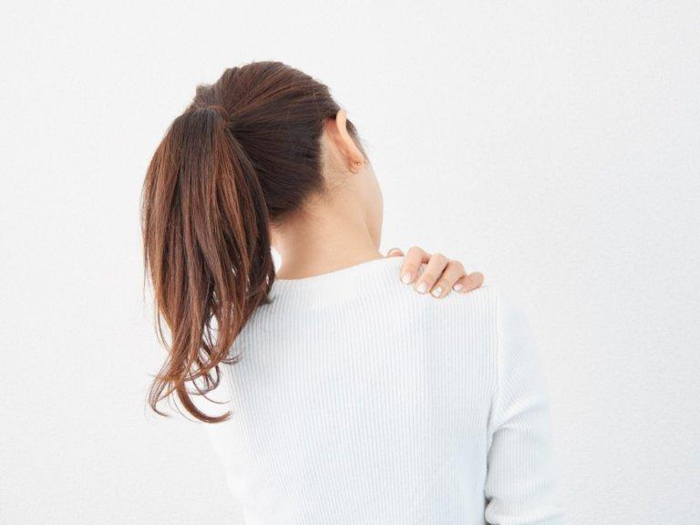 肩 と 甲骨 吸う を が 痛い 息