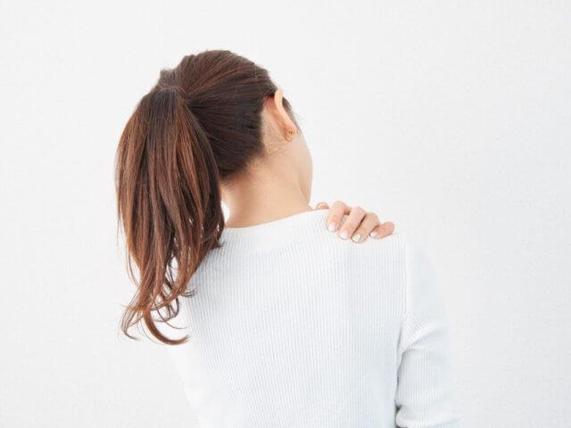 息を吸うと肩甲骨が痛い(左側右側)場合の症状【3段階のチェックリスト】他の症状もあるならまず病院へ