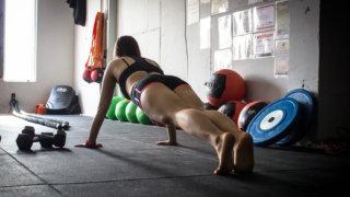 肩こりを筋トレ定番【腕立て伏せ】で改善!簡単に女性もできる壁を使った方法